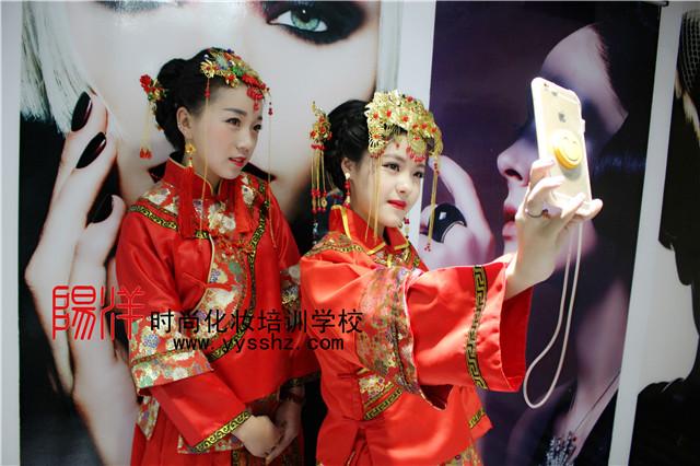充满东方韵味的中式秀禾新娘造型,传承古典之美! 作为准新娘的你是否还在为寻找一款适合自己的新娘发型而发愁呢?如果你选择了秀禾服作为你结婚的礼服,那自然要选择一款秀禾服的新娘发型咯。 秀禾服新娘造型,演绎传统中式复古美!